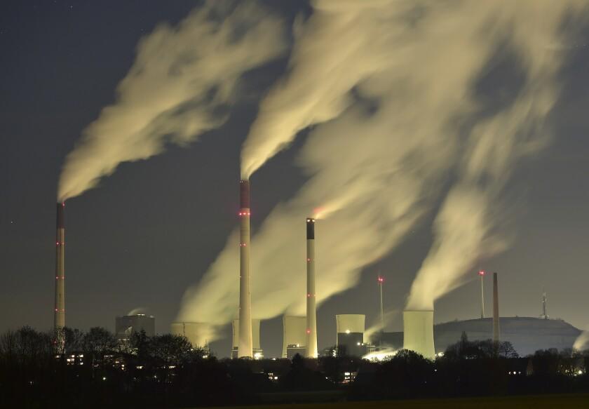 Fotografía de archivo del 24 de noviembre de 2014 de columnas de humo brotando de una planta de carbón para generación eléctrica de la empresa E.ON en Gelsenkirchen, Alemania. (AP Foto/Martin Meissner, Archivo)