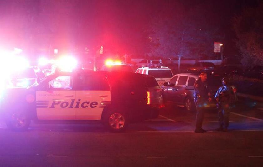 La policía asegura la carretera del lugar del tiroteo, que ha causado al menos 11 heridos, en el Borderline Bar and Grill en la localidad de Thousand Oaks, California, Estados Unidos. EFE/Archivo