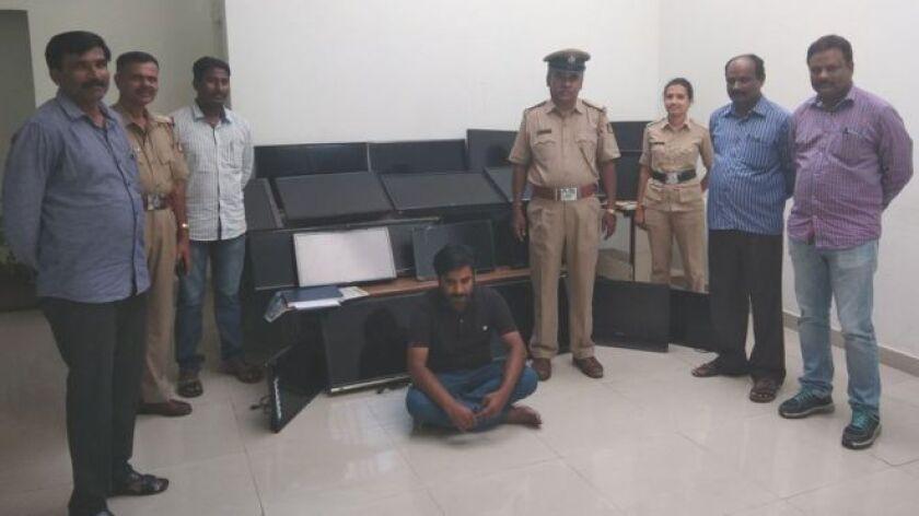 Las autoridades en India detuvieron a Vasudev Nanaiah este jueves, a quien acusan de robarse no uno, sino 120 televisores de varios hoteles en cuatro meses.
