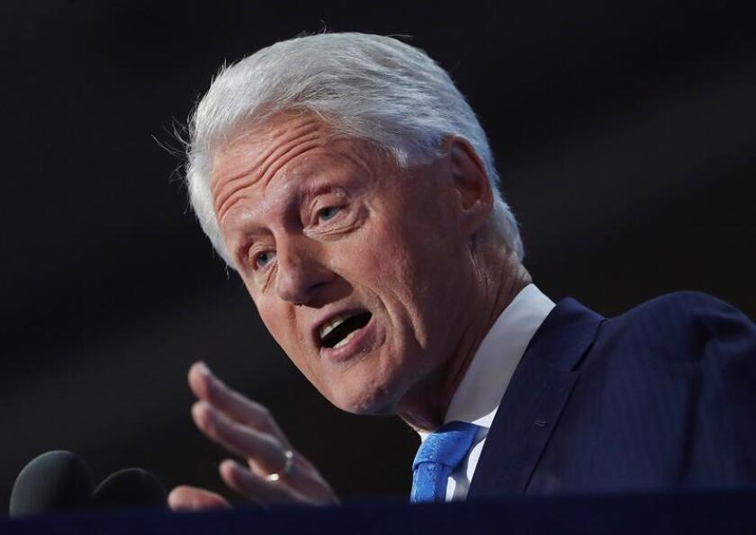 """Los expresidentes Bill Clinton y George W. Bush recalcaron el """"honor"""" de presidir Estados Unidos a sus sucesores en el cargo mediante cartas manuscritas que hoy hizo públicas la cadena ABC News. EFE/ARCHIVO"""