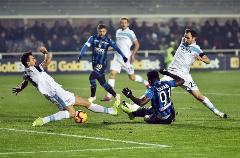 El delantero colombiano Duván Zapata (c) marca un gol durante un encuentro de liga italiana entre Atalanta BC y SS Lazio disputado en Bérgamo, Italia, hoy. EFE