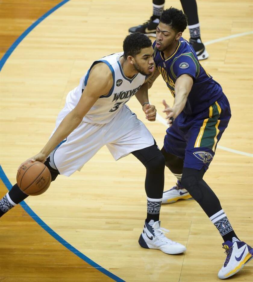 El jugador de Timberwolves Karl-Anthony Towns (i) trata de superar la marca de Anthony Davis (d), de Pelicans. EFE/Archivo