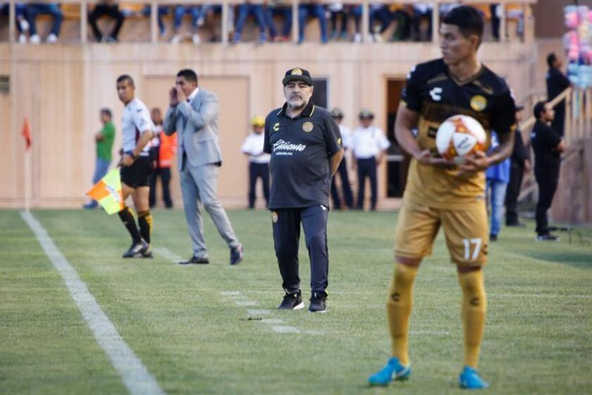 En la imagen, el entrenador de los Dorados de Sinaloa, el argentino Diego Armando Maradona (c). EFE/Archivo