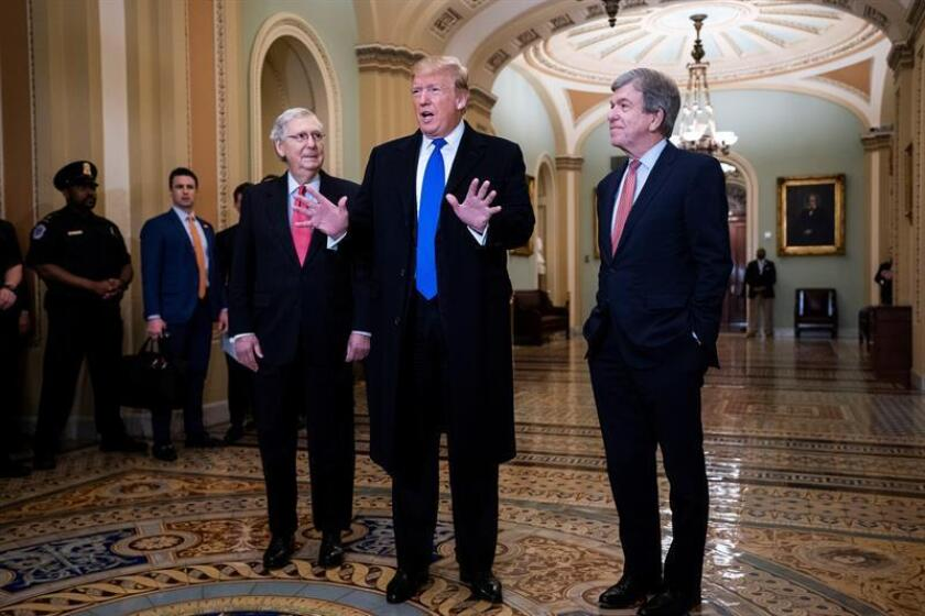 El presidente de Estados Unidos, Donald Trump (c), junto al líder de la mayoría en el Senado, el republicano Mitch McConnell (i), y el senador por Misuri, Roy Blunt (d), durante una reunión celebrada este martes en el Capitolio, en Washington (Estados Unidos). EFE