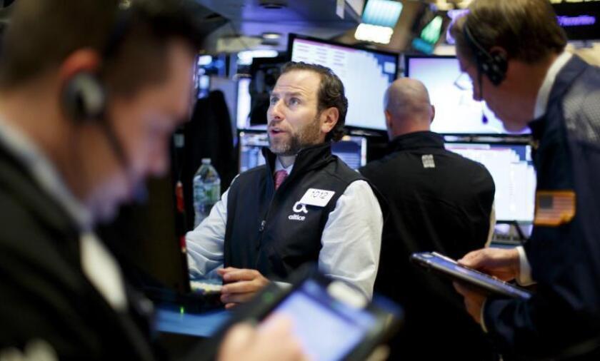 Corredores de bolsa trabajan en la bolsa de Wall Street en Nueva York (Estados Unidos). EFE/Archivo