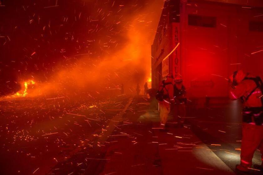 Bomberos intentan apagar el fuego en un edificio en el condado de Butte, California (EE. UU.). EFE/Archivo