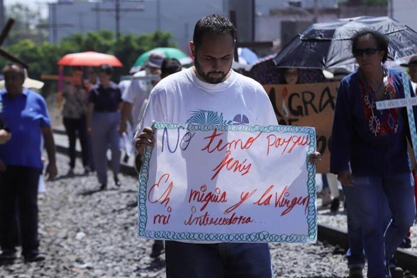 Migrantes centroamericanos participan en un viacrucis hoy, viernes 30 de marzo de 2018, durante la procesión del Viernes Santo celebrada en la ciudad de Guadalajara (México). EFE