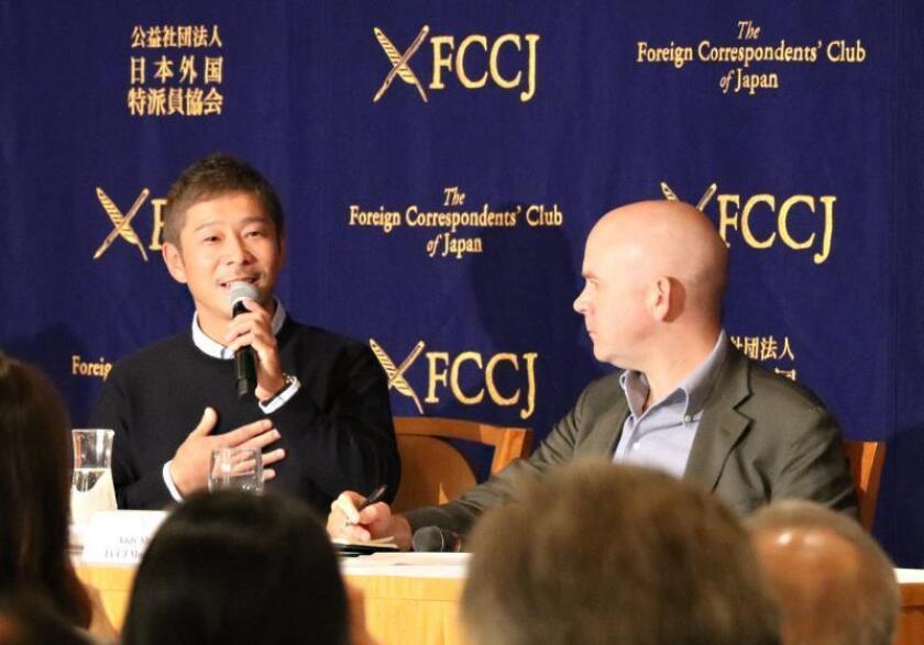 El empresario nipón Yusaku Maezawa (i), durante una rueda de prensa en el Club de Corresponsales Extranjeros de Tokio, su primera aparición tras anunciarse que la compañía aeroespacial SpaceX, propiedad de Elon Musk, lo ha elegido para convertirse en el primer turista espacial de la historia. EFE