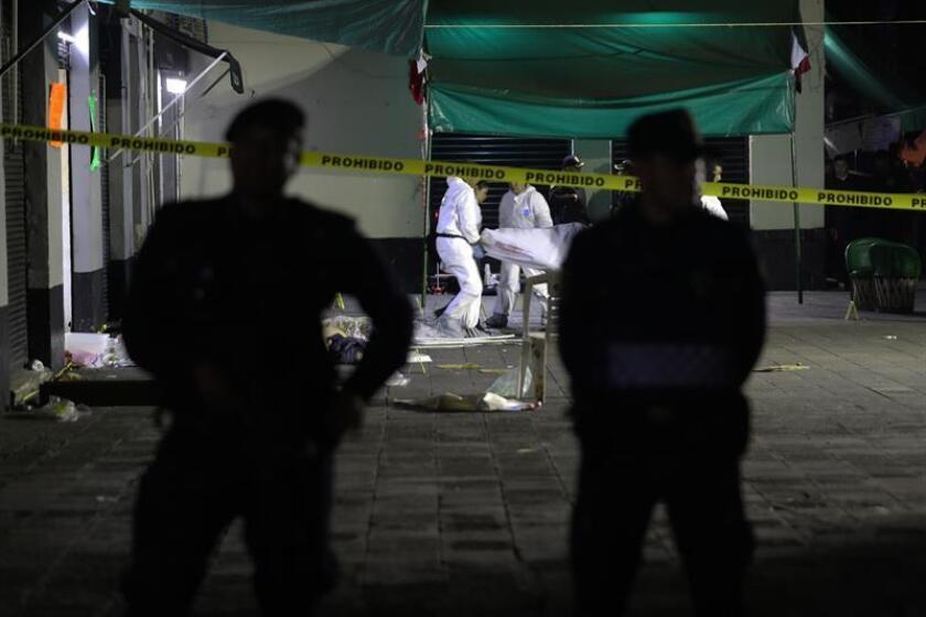 Peritos forenses realizan el levantamiento de cuatro cadáveres el pasado viernes 14 de septiembre de 2018, en la plaza de Garibaldi de Ciudad de México (México). EFE