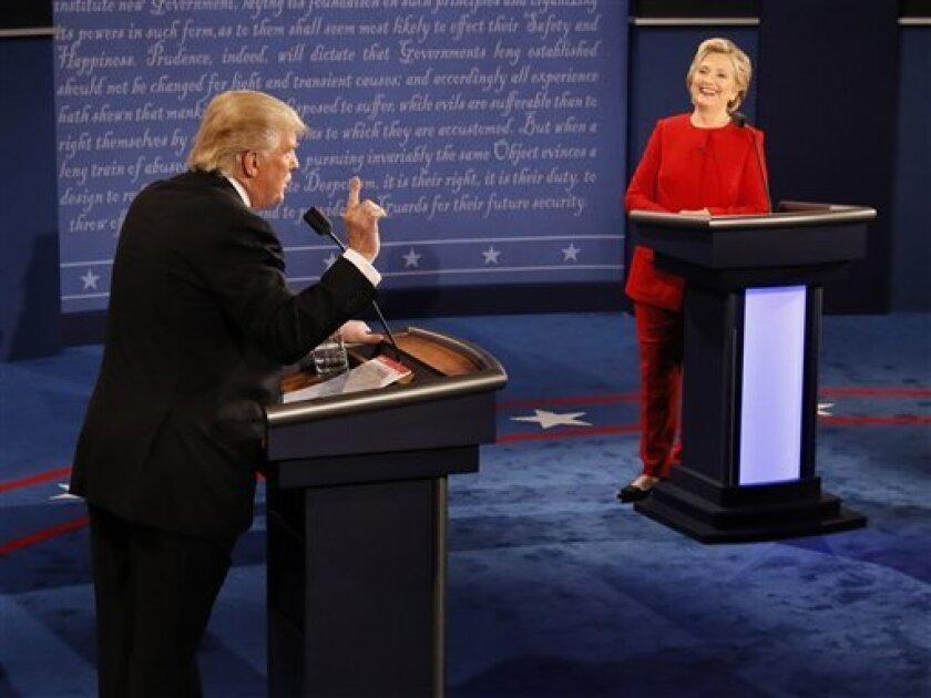 Donald Trump mantuvo inalterado su hábito de propagar exageraciones y mentiras en el primer debate presidencial, mientras que Hillary Clinton hizo sus declaraciones con cautela pero no sin equivocaciones.