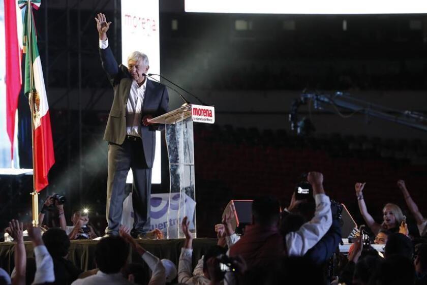 El canditato izquierdista por el Movimiento Regeneración Nacional (Morena), Andrés Manuel López Obrador (c). EFE/Archivo