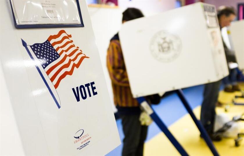 Estadounidenses acuden a votar a un colegio electoral. EFE