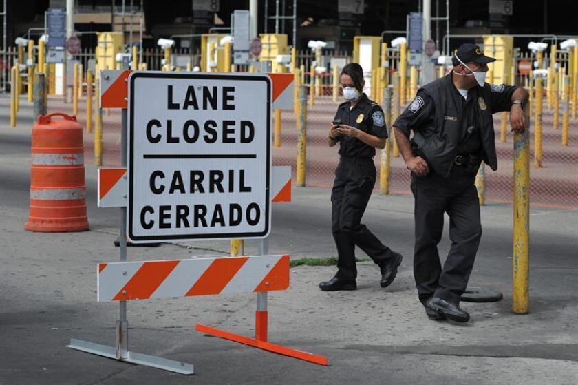 La Oficina de Aduanas y Protección Fronteriza (CBP) cerró hoy parcialmente carriles en los cruces internacionales de San Ysidro y Otay Mesa, entre California y México, para la instalación de cercos de seguridad en anticipo a la llegada a la frontera de las caravanas de migrantes. EFE/ARCHIVO