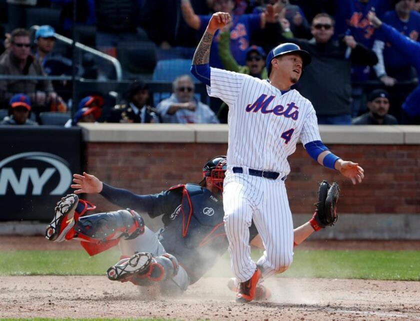 En la imagen, el jugador de los Mets de Nueva York Wilmer Flores (d). EFE/Archivo