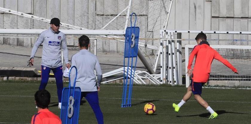 El entrenador argentino del Atlético de Madrid, Diego Pablo Simeone (i), durante el entrenamiento celebrado en el Cerro del Espino, ayer. EFE