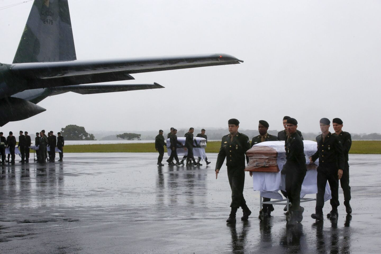 Llegada al aeropuerto de Chapecó (Brasil) de los feretros de las víctimas del accidente aereo en el que fallecieron 71 personas, entre ellos 19 jugadores del Chapecoense.