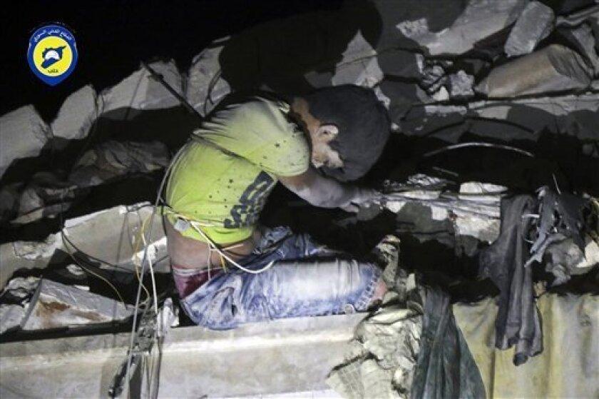 Unos 200.000 sirios se agolpan en la frontera entre el país árabe y Turquía, sin comida, medicinas o abrigo, en varios campos de desplazados ubicados en el norte de la provincia septentrional de Alepo, denunció hoy el Observatorio Sirio de Derechos Humanos.