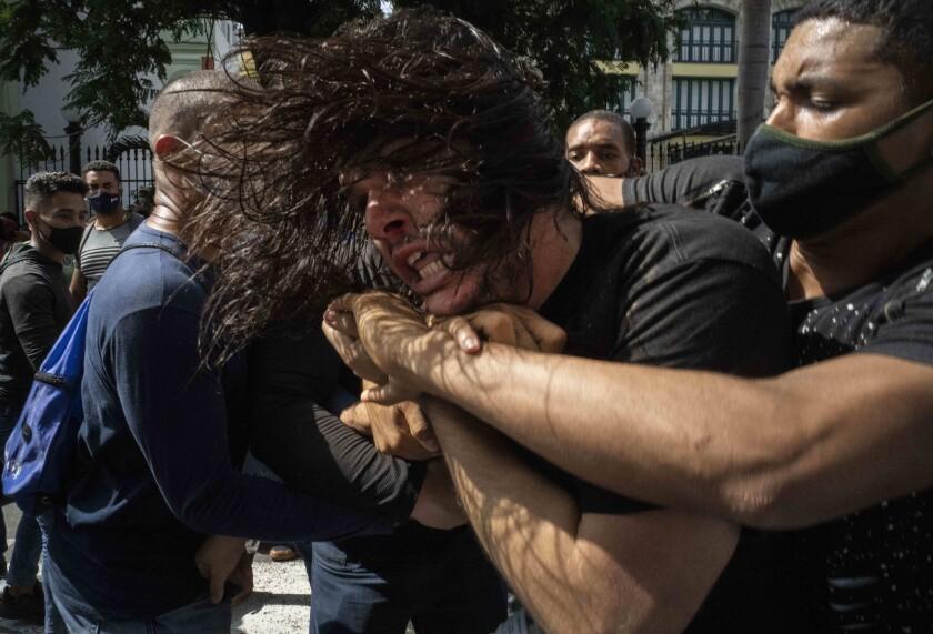 پلیس با تجهیزات ضد شورش روز جمعه 11 ژوئیه 2021 در هاوانا ، کوبا به تظاهرات حمله کرد.
