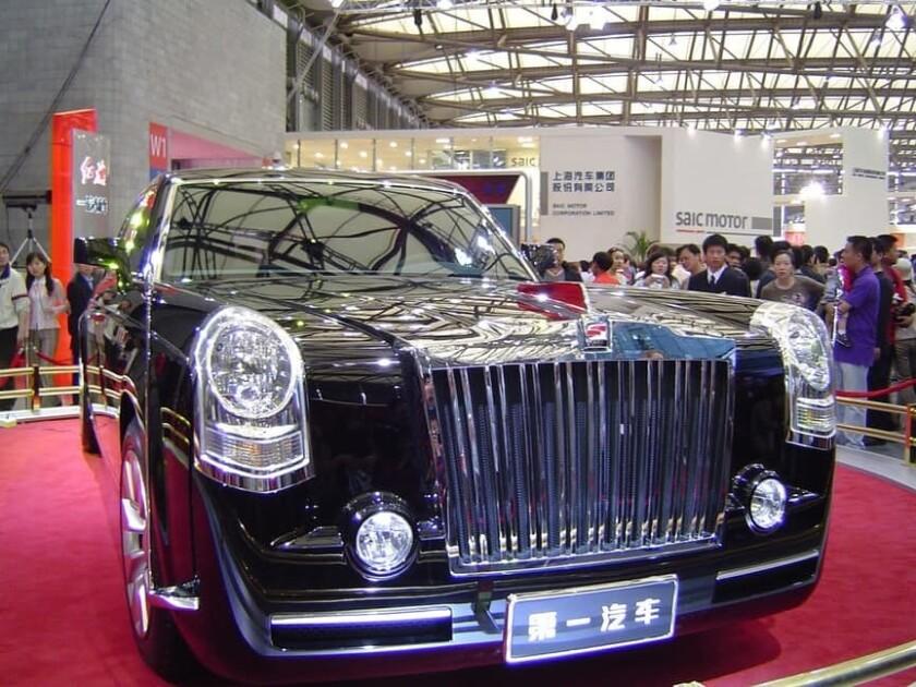 """La limusina Hongqi es el auto más caro de China. Hongqi se traduce a español como """"bandera roja"""", lo que tiene sentido para un país comunista como China."""