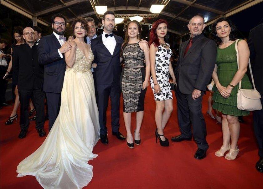 """De izquierda a derecha, el director mexicano David Pablos, la actriz mexicana Nancy Talamantes, la actriz mexicana Leidi Gutiérrez e otros invitados posan para los medios a su llegada al estreno de la película """"Las Elegidas"""" en el Festival de Cannes, Francia. EFE"""