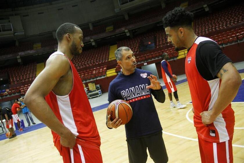 Imagen de archivo del El director técnico de baloncesto de Panamá, Manuel Hussein (c). EFE/Archivo