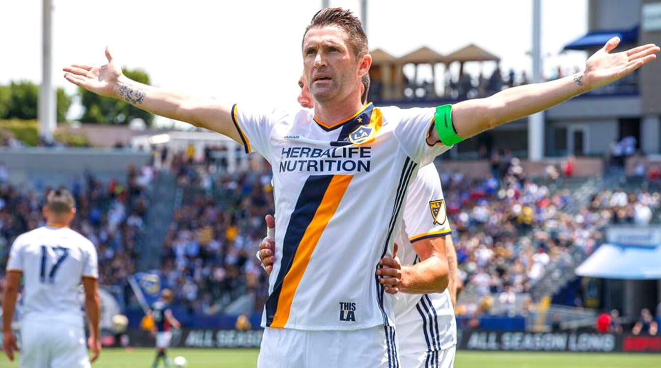 Robbie Keane celebra tras anotar para el Galaxy al minuto 7.