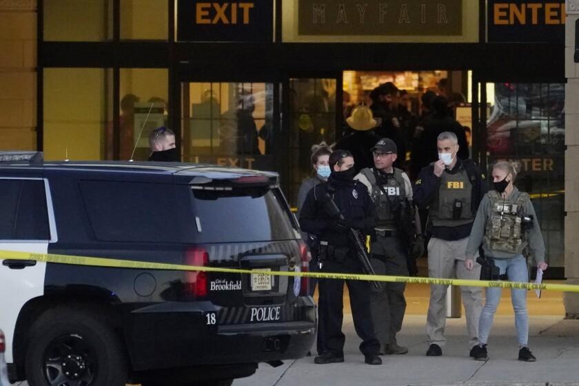 Agentes del FBI y la policía están en las afueras del centro comercial Mayfair Mall