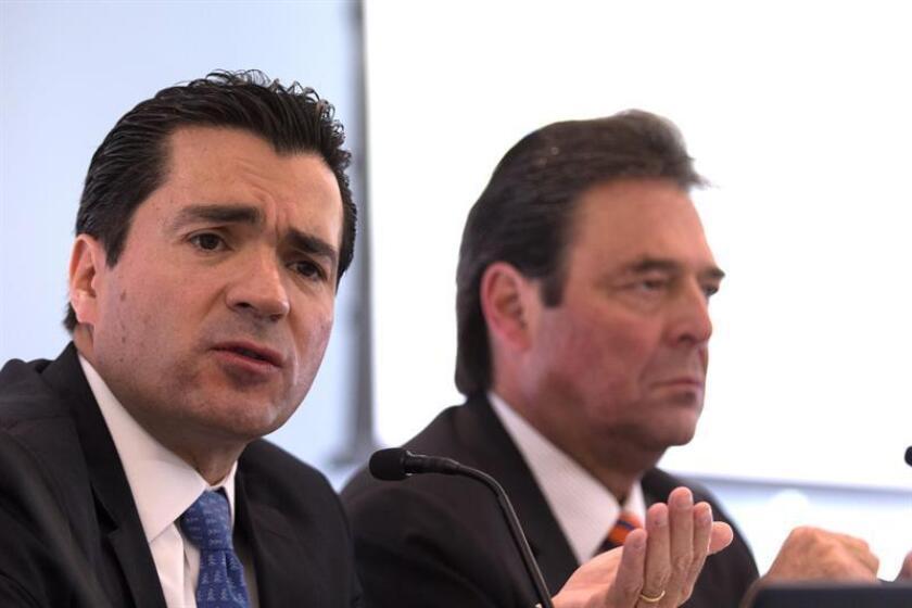 El director general de BBVA Bancomer, Eduardo Osuna (i), habla durante una rueda de prensa en Ciudad de México (México). EFE/Archivo