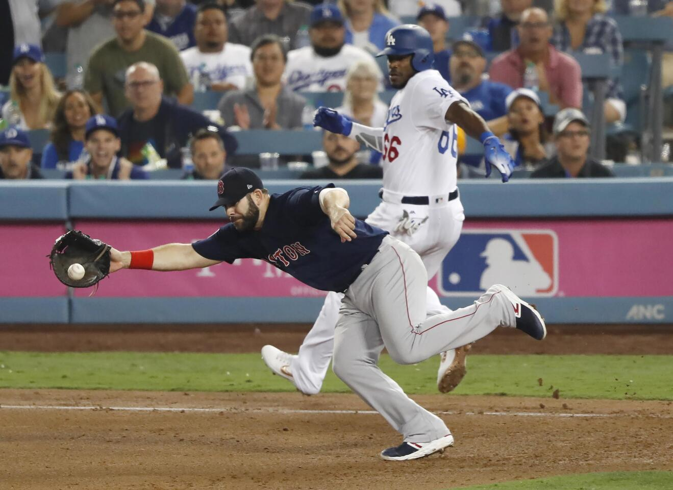 MCX01. Los Angeles (United States), 26/10/2018.- Boston Red Sox first baseman Mitch Moreland (L) comes off the bag to catch an errant throw on an infield single by Los Angeles Dodgers batter Yasiel Puig in the bottom of the seventh inning of game three of the World Series at Dodger Stadium in Los Angeles, California, USA, 26 October 2018. The Red Sox lead the best-of-seven series 2-0 to determine the champion of Major League Baseball. (Estados Unidos) EFE/EPA/JOHN G. MABANGLO ** Usable by HOY and SD Only **