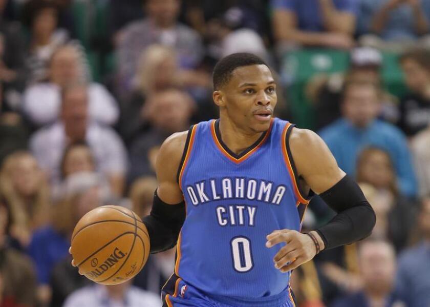 El jugador de Thunder, Russell Westbrook conduce el balón durante un partido de la NBA. EFE/Archivo