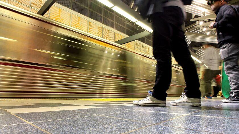 Gente en la plataforma en la estación de metro de la línea roja de Universal City en 2014.