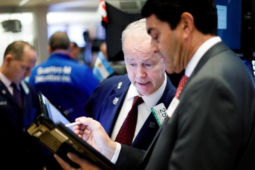 Agentes de bolsa trabajan durante la apertura de la jornada en la Bolsa de Nueva York (Estados Unidos). EFE/Archivo