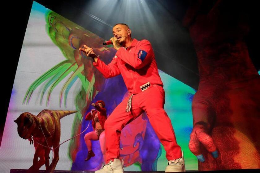 El cantante colombiano J Balvin durante el concierto ofrecido anoche en The Forum de Los Ángeles. EFE