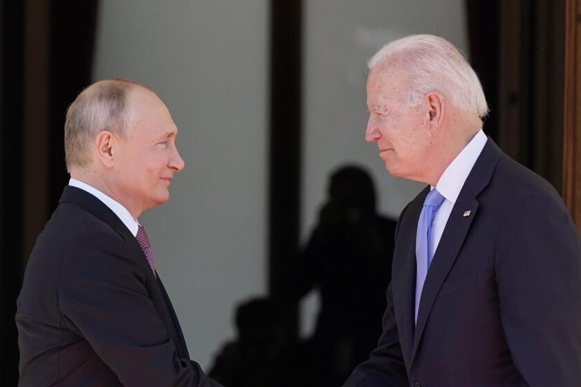 El presidente de Estados Unidos, Joe Biden (derecha), y su colega ruso Vladimir Putin en la 'Villa la Grange',