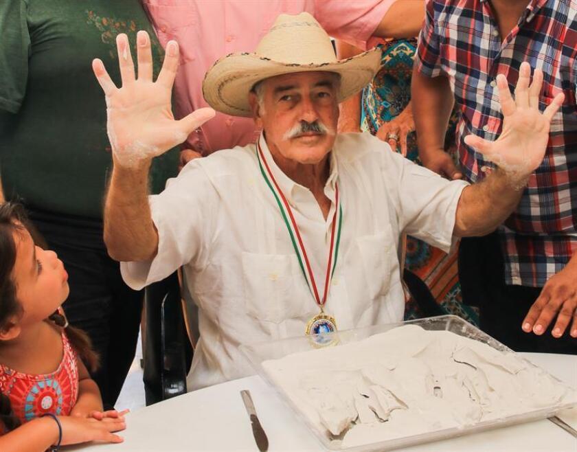 El actor mexicano Andrés Garcia, deja las huellas de sus manos para ser colocadas en el paseo de las estrellas de Las Vegas hoy, lunes 26 de marzo de 2018, durante una ceremonia en su casa del puerto de Acapulco (México). EFE