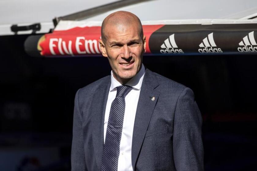 El entrenador francés del Real Madrid Zinedine Zidane al inicio del partido de la vigésimo octava jornada de Liga que disputaron ante el Celta de Vigo en el estadio Santiago Bernabéu de Madrid. EFE