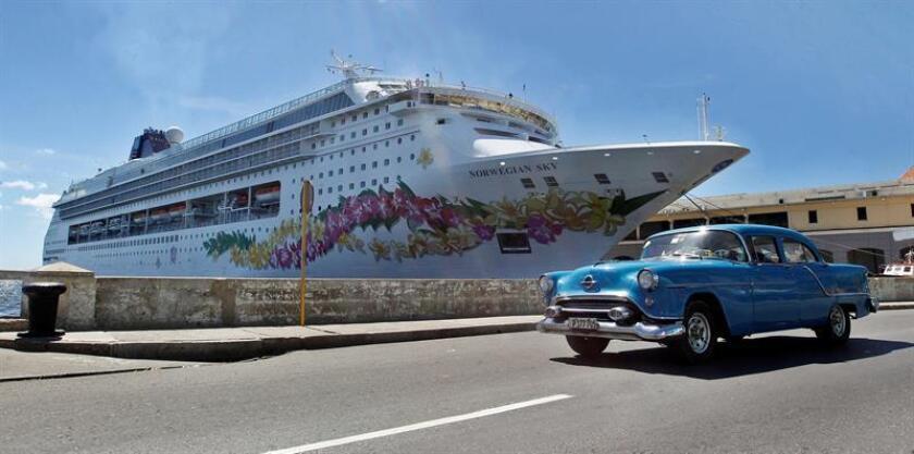 Un coche pasa frente a la terminal de cruceros en La Habana (Cuba).
