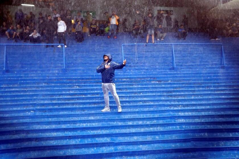 Un aficionado del Boca Juniors fue registrado bajo la lluvia, en el estadio la Bombonera, en Buenos Aires (Argentina). EFE