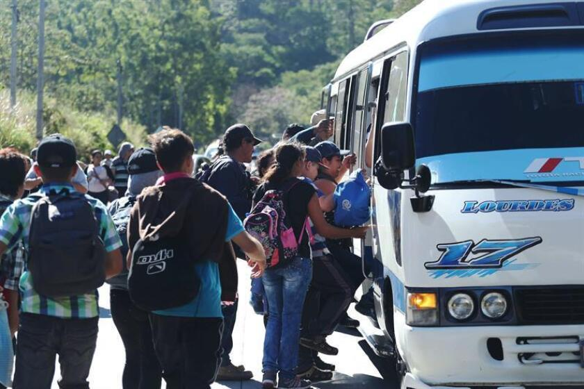 A group of at least 100 Salvadorans, including women and children, sets out for the United States in San Salvador, El Salvador, 16 January 2019. EFE-EPA/Rodrigo Sura