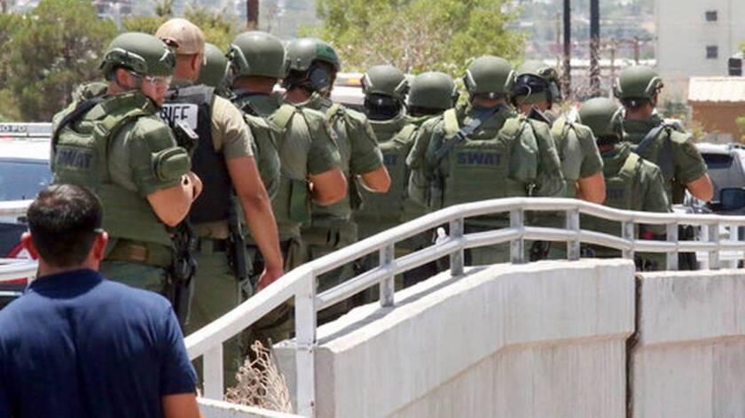 Varios policías se dirigen hacia la zona de un ataque a tiros en un centro comercial en El Paso, Texas. Varias personas murieron y resultaron heridas en el incidente, según las autoridades.