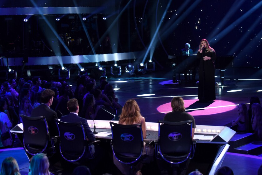 """Guest judge and inaugural winner Kelly Clarkson performs on """"American Idol"""" on Feb. 25, 2016."""