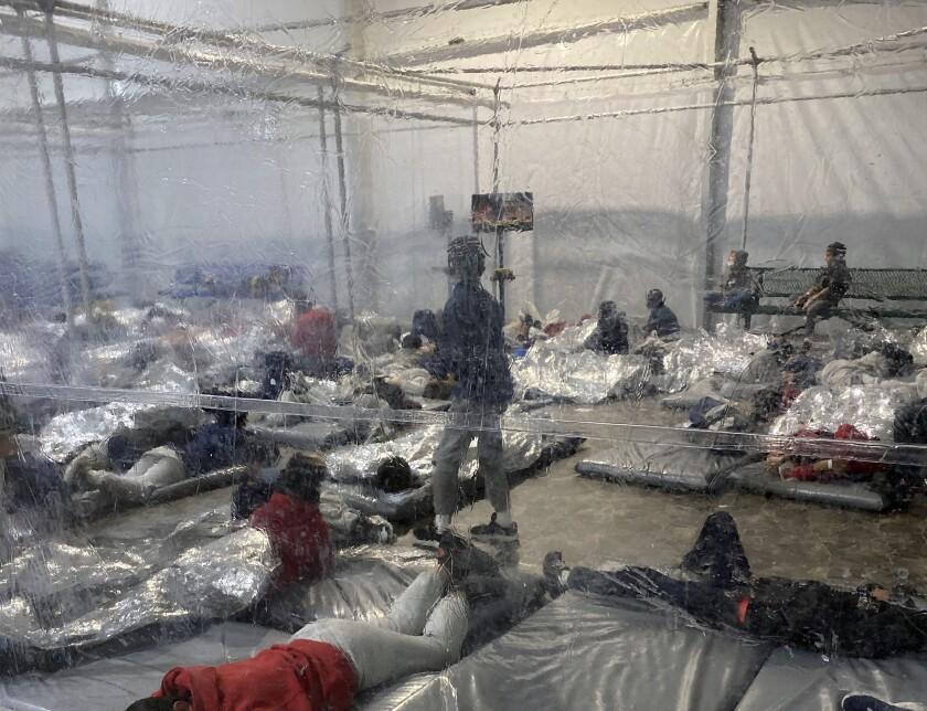 Detenidos en una instalación temporal de la Oficina de Aduanas y Protección Fronteriza