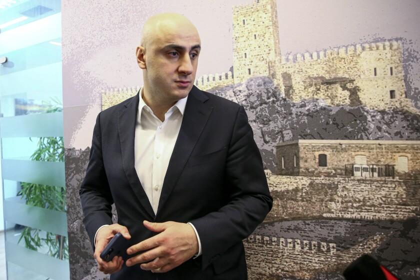 Nika Melia, jefe del Movimiento de Unidad Nacional, habla con un periodista en Tiflis, Georgia, el jueves 18 de febrero de 2021. La policía de Georgia allanó la sede delprincipal partido opositor y detuvo a su líder el miércoles 23 de febrero de 2021. (AP Foto/Zurab Tsertsvadze)