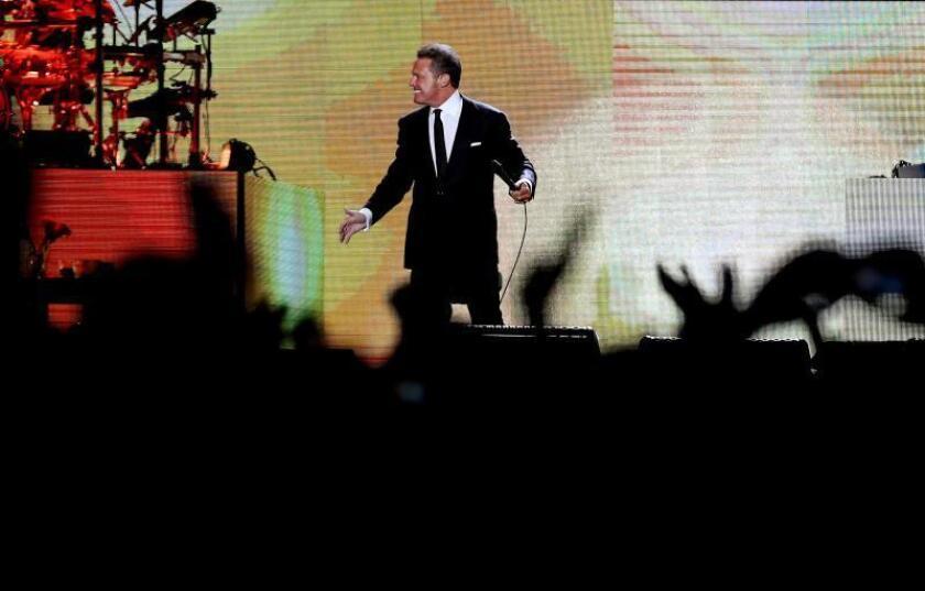 """El cantante mexicano Luis Miguel ofrece un concierto, el sábado 16 de marzo, en el estadio Nemesio Camacho """"El Campín"""" de Bogotá (Colombia). EFE/Leonardo Muñoz/Archivo"""