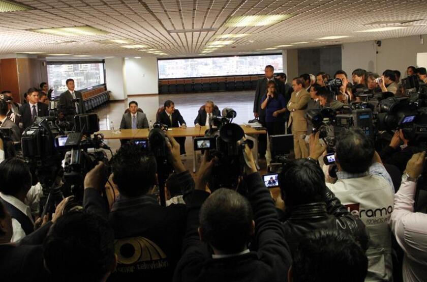 Periodistas en una conferencia de prensa del expresidente de Ecuador, Rafael Correa. EFE/Archivo