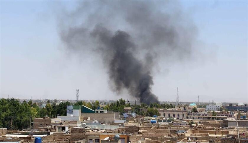 """Una columna de humo emerge del lugar donde hizo explosión una bomba en Kandahar (Afganistán). El Congreso acusó hoy al Gobierno de sobrestimar """"su capacidad"""" para implantar en Afganistán los cambios considerados necesarios para estabilizar y reconstruir el país tras 17 años de conflicto armado. EFE/Archivo"""