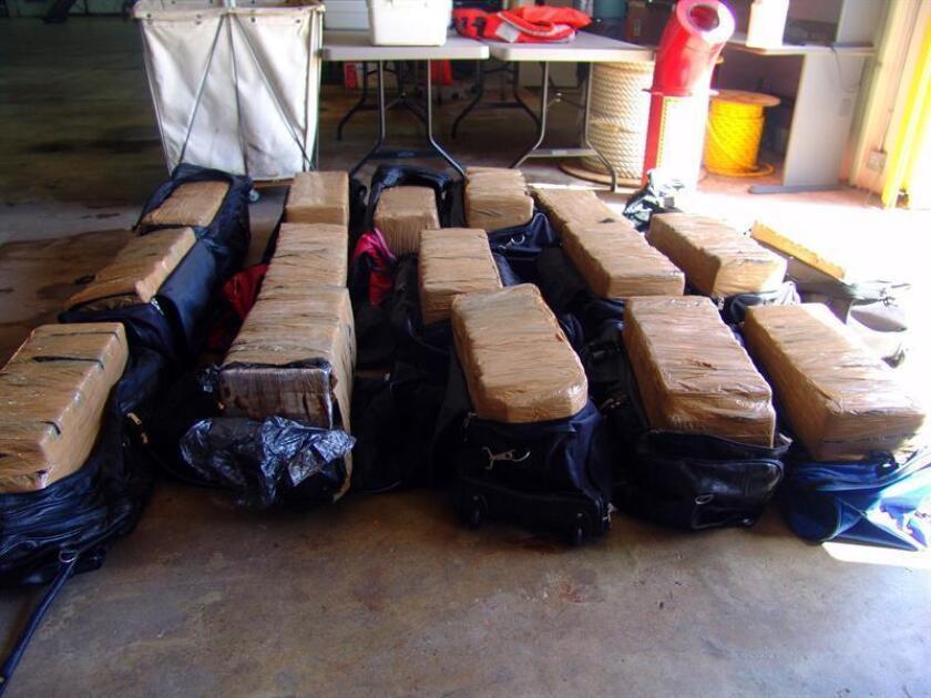 Un buque de la Guardia Costera de EEUU retornó hoy a su base en Cayo Hueso, en los Cayos de Florida, tras un periodo de 68 días de patrulla en el Pacífico durante el cual decomisó casi 7 toneladas de drogas y que equivalen a 135 millones de dólares. EFE/ICE/USO EDITORIAL SOLAMENTE/NO VENTAS