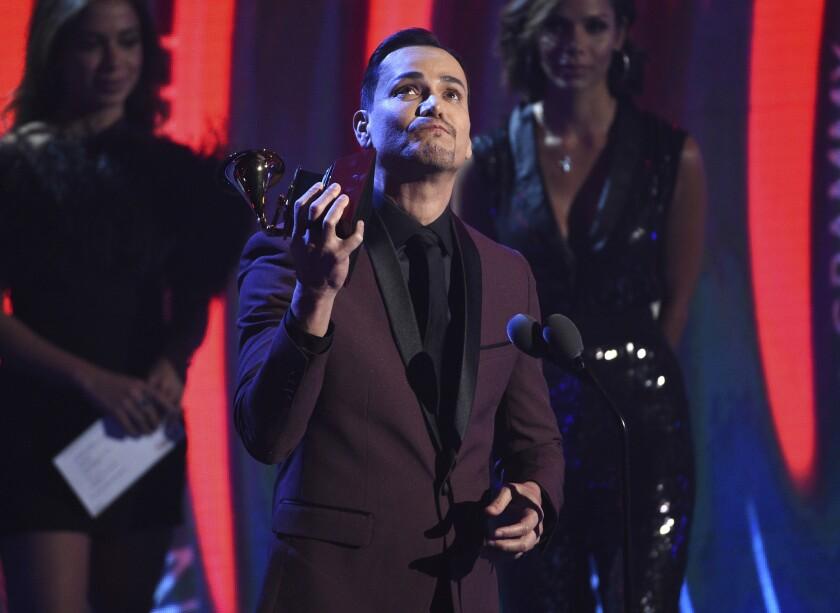 Victor Manuelle acepta el premio a Mejor Album de Salsa durante la ceremonia del Latin Grammy de Las Vegas.