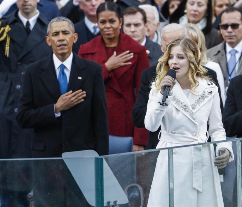 El expresidente estadounidense Barack Obama (i) y la exprimera dama Michelle Obama escuchan a Jackie Evancho (d) cantar el hímno nacional después de que el nuevo presidente de EE.UU., Donald J. Trump, jurase como el 45º presidente de la historia de los Estados Unidos, en Washington DC (EE.UU.), hoy, 20 de enero de 2017. EFE