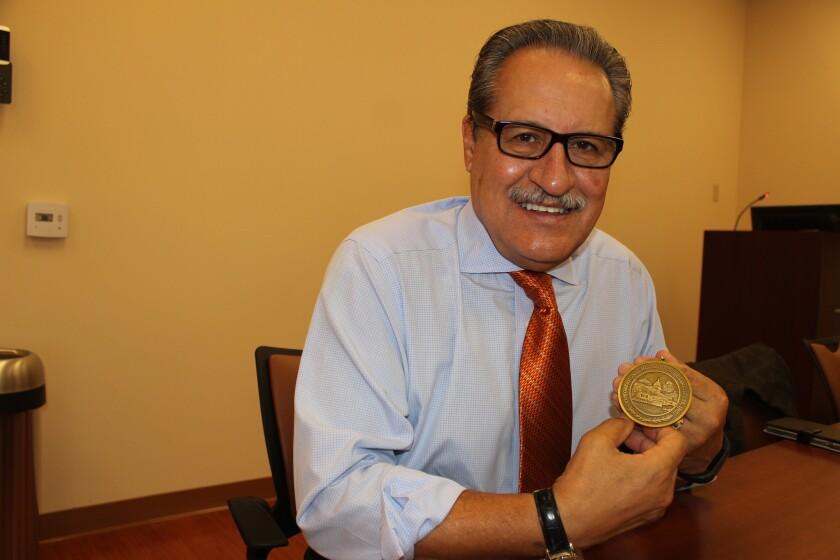 El Medallón de Excelencia se otorga a individuos que son modelos positivos hispanoamericanos y ejemplifican logros incomparables, liderazgo cívico y servicio a la sociedad.